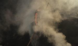 Harte Köhlerarbeit auf dem rauchenden Meiler